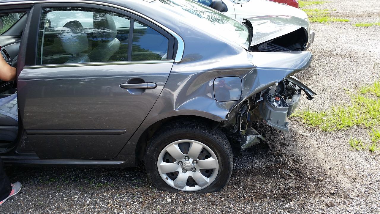 נפגעה קל בתאונת דרכים בעקבות התנגשות, ותפוצה בכ-70 אלף שקל